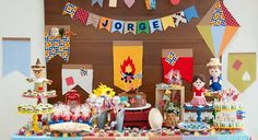 Aniversário junino? A gente faz! Com fogueira, espantalho e balão pra quem nasceu no mês de são joão. Peça o orçamento para uma decoração personalizada.