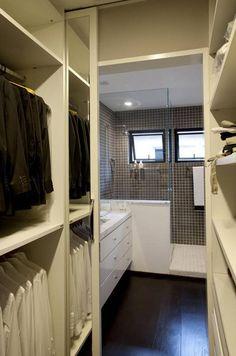 Closet in bathroom Bedroom Closet Design, Master Bedroom Closet, Bathroom Closet, Bathroom Design Small, Bathroom Layout, Bathroom Interior Design, Closets Pequenos, Walk Through Closet, Wardrobe Room