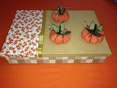 Caixa revestida com tecido para acondicionar agulheiros. #diy #costura #agulheiros #nanysomers #sewing