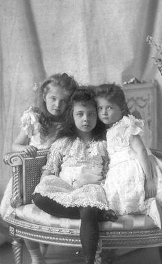 Grã-duquesas Olga e Tatiana Nikolaevna da Rússia com a sua prima Isabel de Hesse no centro. Em 1900.