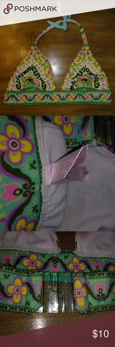 Junior's Floral Bikini Top VICTORIA SECRET Medium Up for sale is a Junior's Floral Bikini Top from VICTORIA SECRET ~~ Size Medium  This bikini top ties behind the neck and has a larger plastic clasp in the back. Mainly white in color with blue, purple, yellow and black floral design. Not padded.  This bikini top comes from my clean smoke free and pet free home. No flaws or stains! If you have any questions, please feel free to contact me. Check out the rest of my closet for bundled deals…