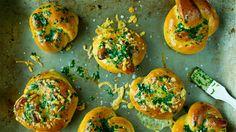 Saftige hjemmebakte osteknuter passer perfekt til varme gryteretter eller supper.   Oppskriften gir 12 osteknuter.