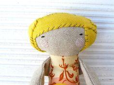 Muñeca realizada en algodón con pelo cosido rústico