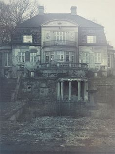 I love this macabre house