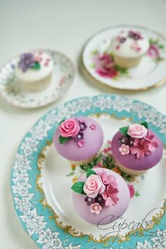 Simply gorgeous cupcakes with a Victorian flower feel.love these cupcakes! Cupcakes Bonitos, Cupcakes Lindos, Cupcakes Flores, Floral Cupcakes, Purple Cupcakes, Cupcakes Cool, Beautiful Cupcakes, Fondant Cupcakes, Wedding Cupcakes