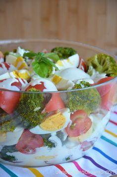 Uwielbiam gotować: Sałatka z brokułami, pomidorami i jajkami z sosem czosnkowym Bar Grill, Fruit Salad, Potato Salad, Grilling, Salads, Easy Meals, Food And Drink, Healthy Eating, Eggs
