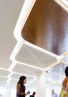 Modern office designs showing artistic false ceiling decoration Image 41 - SHAIROOM. Office Ceiling Design, Modern Office Design, False Ceiling Design, Office Designs, Modern Ceiling Design, Shopping Mall Interior, Grand Hall, Airport Design, Airport Lounge