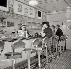 "Shorpy Historical Photo Archive October ""White Tower hamburger stand, the popular place in Amsterdam, New York."" Medium-format nitrate negative by John Collier. Drive In, Vintage Pictures, Old Pictures, Old Photos, Vintage Diner, Fifties Diner, Vintage Restaurant, Vintage Stuff, Vintage Magazine"