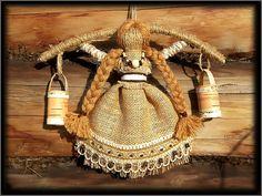 Кукла «БогАтушка» - для богатства, прибыли, достатка, обеспеченности, благопол. жизни, безбедного существования. Это кукла с коромыслом и вёдрами. При изготовлении этой куклы проговариваются пожелания на богатство и прибыль. Внутрь вёдер прячутся монетки. Yarn Dolls, Clay Dolls, Fabric Dolls, Corn Husk Dolls, Tatting Jewelry, Burlap Crafts, Matryoshka Doll, Sewing Toys, Felt Ornaments