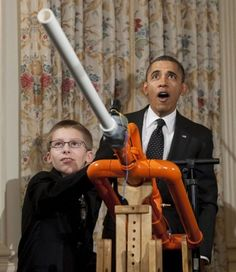 Grader Demonstrates Marshmallow Air Cannon for President Obama Air Cannon, Political Pictures, People Laughing, Science Fair, Barack Obama, Presidents, Marshmallow, Guns, Diy