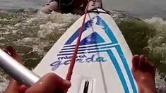 Wilder Ritt auf dem Surfbrett