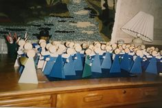 Joulukortit joku vuosi näyttivät tältä. 50 enkeliä lähti hyvää joulua toitottamaan .