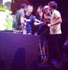 harry and ed talking...and then theres taylor just awkwardly looking at harry...no...hes ignoring you...just back away