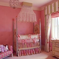chambre de bébé fille décorée en rose bonbon