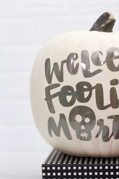 diy glitter vinyl pumpkin for halloween - no carve pumpkin idea Halloween House, Halloween Pumpkins, Halloween Crafts, Glitter Heat Transfer Vinyl, Glitter Vinyl, Pumpkin Crafts, Fall Crafts, Craft Free, Free Svg Cut Files
