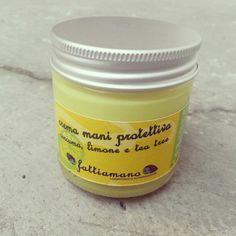 Crema mani cicatrizzante e nutriente al burro di cacao e con oli essenziali di limone e tea tree