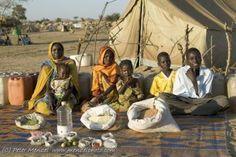 LES VOEDING (eerste graad) Stel: we leggen al het voedsel op aarde op één hoop. Je zou er alle magen in de wereld mee kunnen vullen! Toch is het moeilijk voor de familie van Zena, een meisje uit Ethiopië, om elke dag een maaltijd op tafel te zetten.