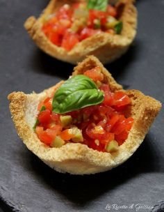 Cestini di pane al pomodoro - Mini tomato bruschetta baskets Finger Food Appetizers, Finger Foods, Appetizer Recipes, Antipasto, Fingerfood Party, Snacks, Creative Food, Food Design, Street Food