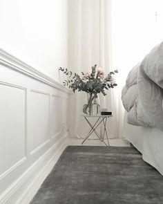 nya blommor och ny matta vid sängen. gomorgon på de!