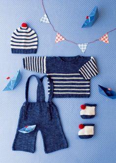 Marinière, pantalon à pont, bonnet et chaussons à pompon tricotés pour petit bébé
