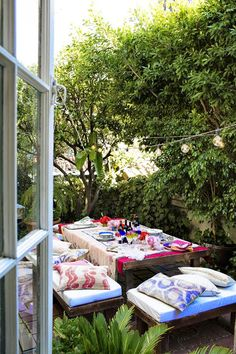 Colorful backyard dinner party | Photo by Jacqui Getty via Lonny.