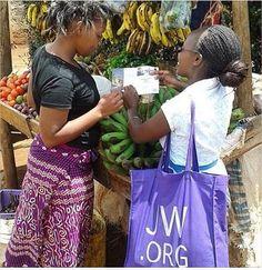Prédication de la bonne nouvelle du royaume de Dieu au Kenya. Ce pays compte plus de 25.000 Témoins de Jéhovah -