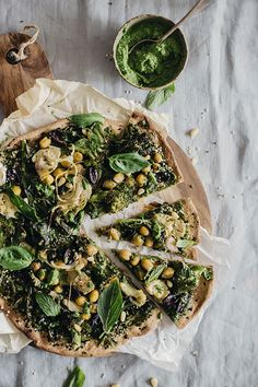 Green Pizza with flatbread crust, kale pesto, artichokes, kalamata olives and aromatic herbs #vegan | TheAwesomeGreen.com