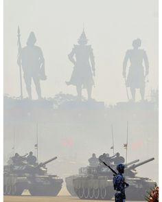 {Eng. below} Premier défilé militaire depuis l'accession au pouvoir de la League Nationale pour la Démocratie d'Aung San Suu Kyi (LND). Il commémore la 71e Journée des Forces Armées en Naypyitaw. Le général Min Aung Hlaing a inauguré le défilé soulignant que les principes démocratiques des élections signifiaient que certains gagnent et d'autres perdent. Dimanche 27 mars 2016 #Photo: Aung Shine Oo pour @ap.images #Myanmar military armed-tanks are driven during a #parade to commemorate 71st…