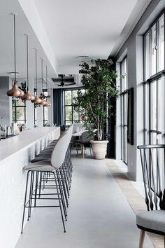 Koper verwerkt in een grijze omgeving geeft een rustige uitstraling #verlichting #koper #lichtpunt  The Standard | Copenhagen