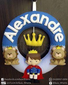 """Guirlanda para porta de maternidade e decoração do quarto do bebê. Tema """"Menino Rei"""". Tamanho: 30cm x 30cm Tags: guirlanda, feltro, leão, animais, azul, branco, diy, handmade, artesanato, menino, rei, príncipe, maternidade, decoração,bebê, quarto, presente."""