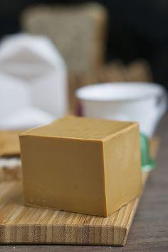 El queso brunost, con suero, nata y leche de cabra es un queso dulce de Escandinávia . Conoce su origen, como se fabrica y sus usos en la cocina.
