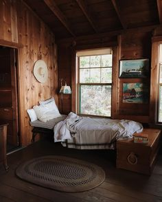 What an adorable bedroom cabin nook - I love the wooden interior Cozy Cabin, Cozy Cottage, Maine Cottage, Home Interior, Interior Design, Cabin Interiors, Cabins And Cottages, Cabin Homes, Cabins In The Woods
