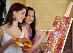 Leinwand bemalen als Hochzeitsspiel. Jeder Gast bemalt ein Teil des Bildes und so entsteht ein einmaliges, persönliches Kunstwerk als Hochzeitsgeschenk.