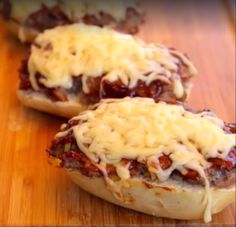 Der Frühstücksklassiker vom Rost: Big Mett - gegrillte Mettbrötchen mit BBQ-Sauce und geriebenem Käse im Grill überbacken.