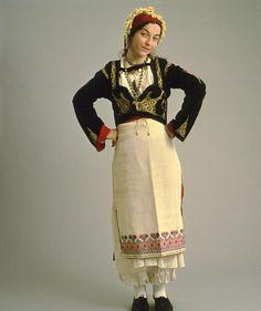 Φορεσιά από τα Ανώγεια, Κρήτη. Αρχές 20ου αι.  Costume from Anogeia, Crete. Early 20th c. Collection Peloponnesian Folklore Foundation, Nafplion. All rights reserved.