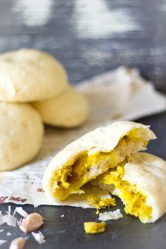 Gevulde gestoomde broodjes bapao kip recept. Deze broodjes zijn thuis prima te maken. Stomen kan ook boven een grote pan met een vergiet.