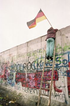 42 Inspiring Pictures From The Fall Of The Berlin Wall - BuzzFeed News