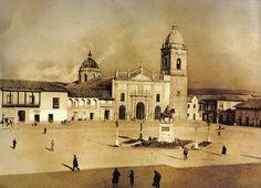 La Plaza de Bolívar es indudablemente el corazón de Bogotá , su punto histórico por excelencia. Ahora es difícil imaginarlo, pero sus prim... Plaza, Notre Dame, Taj Mahal, Mansions, House Styles, City, Building, Brown Blonde, Blonde Hair