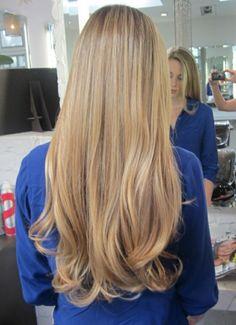 les cheveux longs, couleur blond doré, fille
