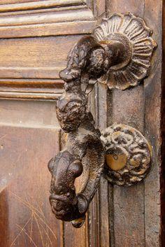 ♅ Detailed Doors to Drool Over ♅ art photographs of door knockers, hardware & portals - antique door handle. Door Knobs And Knockers, Antique Door Knobs, Antique Doors, How To Antique Wood, Antique Hardware, Portal, Cool Doors, Vintage Doors, Door Accessories