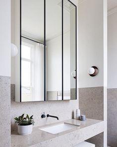 Prachtige spiegelkast. Hebben zeker een spiegelkast nodig en met die zwarte afwerking past het mooi bij de buitendeuren en douchewanden die wij zouden willen.