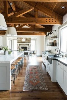 From apron sinks, to sprawling kitchen islands, and shiplap cabinets, who doesn't love a modern farmhouse kitchen? This relaxed, comfortable design style has definitely been a trend that's on the rise.