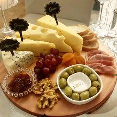 Porque sexta-feira à noite combina com queijos e vinhos! E o charme dos nossos IDENTIFICADORES DE  QUEIJO hein?! AMAMOSSS @andreiasandon tuas produções são de um bom gosto incrível. Obrigada pelo registro!! #mundowine #winelovers #queijo  #cheese #wine #amomesaposta #mesaposta #tabledecor #recebercomcharme #receberbem