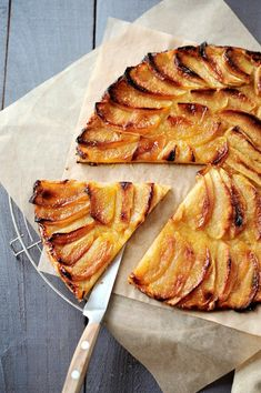 Tarte aux pommes classique Tarte Fine is a traditional flaky puff pastry which requires three ingredients: pastry, apples, and apricot jam. Visit the culture section of for mouth-watering articles about French Tart Recipes, Gourmet Recipes, Dessert Recipes, Cooking Recipes, Healthy Recipes, Sweet Pastries, French Pastries, Sweet Pie, Sweet Tarts
