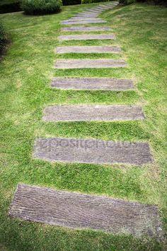 Trädgårdsgången med gräs växer mellan trä — Stockbild #67786791