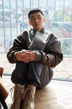 Park Seo Joon is currently starring in new JTBC drama titled 'Itaewon Class'. Go behind-the-scenes with lead actor Park Seo Joon as he prepares for the filming. Throughout the set you can see the actor smiling and enjoying the filming. Asian Actors, Korean Actors, Korean Actresses, Dramas, Park Seo Joon, Hot Korean Guys, Movie Of The Week, K Wallpaper, Scene Image