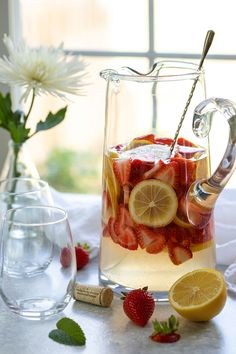 easy lemonade recipe An easy and refreshing white wine summer sangria with fresh strawberries and lemons, lemonade, sauvignon blanc and lemon-lime soda. Cheesecake Desserts, No Cook Desserts, Raspberry Cheesecake, Sauvignon Blanc, Sangria Recipes, Drink Recipes, Cake Recipes, Cooking Recipes, Strawberry Lemonade Sangria