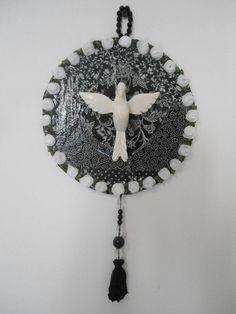 Mandala de Divino Espírito Santo, trabalhada com tecido de algodão, imagem em resina e peças de bijuteria.  diâmetro 17,50 cm R$ 48,00