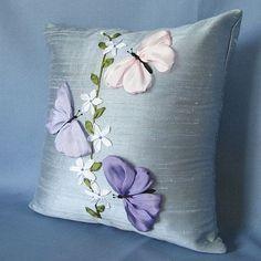 Materiales gráficos Gaby: Almohadón diseño de flores y mariposas bordadas con cintas incluye plantillas