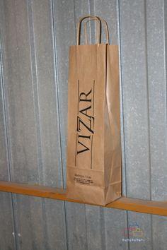 Bolsas de papel con asa rizada impresas.